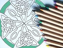 Een set kleurpotloden en mandala's